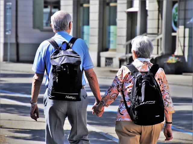 זוג מבוגרים מחזיק ידיים