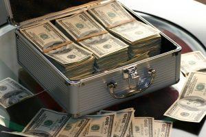 שטרות של דולרים במזוודה