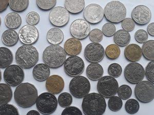 אוסף של מטבעות - להמחשת ביטוחים וכספים כפולים